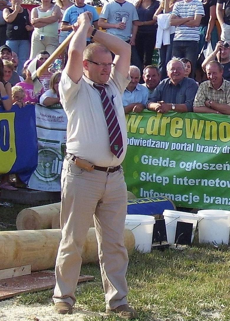 Gmina Rudniki ma swoich slynnych drwali, brylujących na miedzynarodowych zawodach w Bobrowie. Wójt Rudnik Andrzej Pyziak nie chce byc gorszy, wiec wziąl