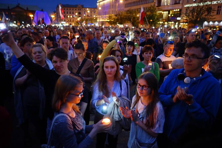 Łańcuch Światła: Tłumy manifestują na placu Wolności