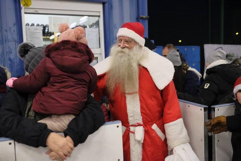 Uczestnicy wydarzenia mogli nie tylko za darmo poślizgać się na lodzie, ale także zagrać w pokazowym meczu z hokeistami KS Energii Toruń i wziąć udział