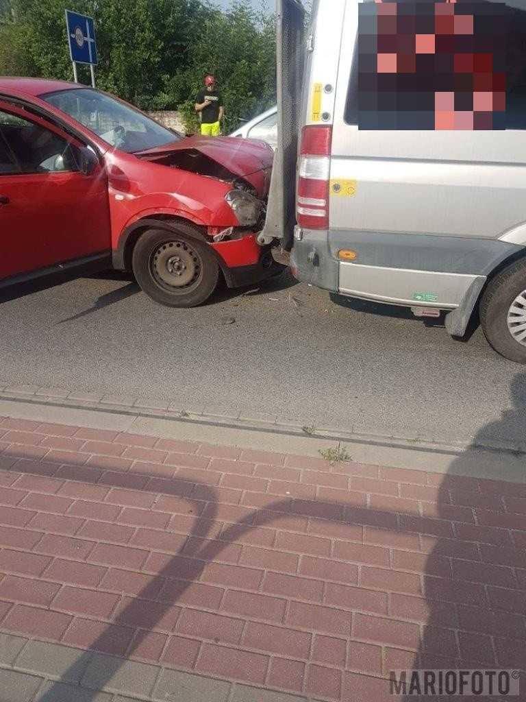 Zderzenie busa w Opolu Czarnowąsach. Kierowca zagapił się i najechał na tył osobówki, w tył busa uderzył kolejny samochód