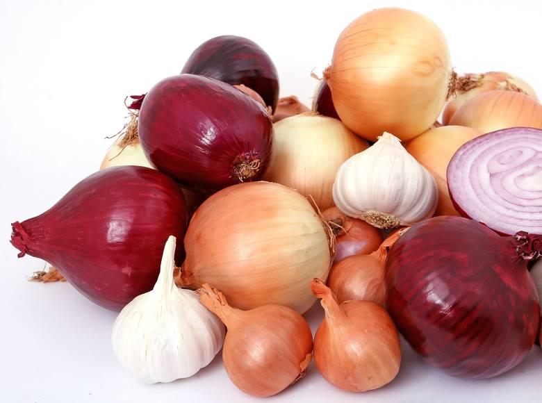 CZOSNEK I CEBULACzosnek i cebula są bogate w prebiotyki, które pomagają odżywiać dobre bakterie w jelitach.
