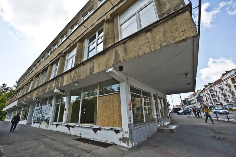 Od zamknięcia salonu EMPiK przy ulicy Zwycięstwa minęło już ponad 1,5 roku. Budynek stoi pusty. Na szybach i ścianach obiektu wyżywają się wandale. Kiedy