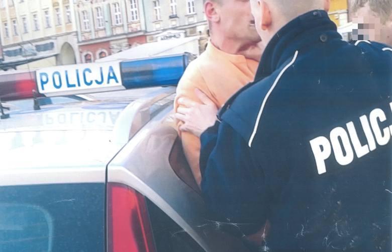 Igor Stachowiak duszony przez policjanta na wrocławskim Rynku