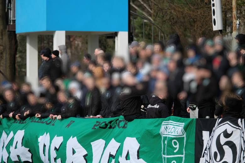 W sobotnim meczu JKS Jarosław przegrał z liderem 4 ligi Wisłoką Dębica 0:1 (0:1). Bramkę w 69. minucie strzelił Krzysztof Wrzosek.Przed meczem z aspirującą