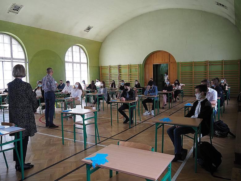 W piątek (30 kwietnia) zakończył się rok szkolny 2020/2021 dla absolwentów liceów ogólnokształcących i techników. Nie zdążyli oni wrócić do nauki stacjonarnej