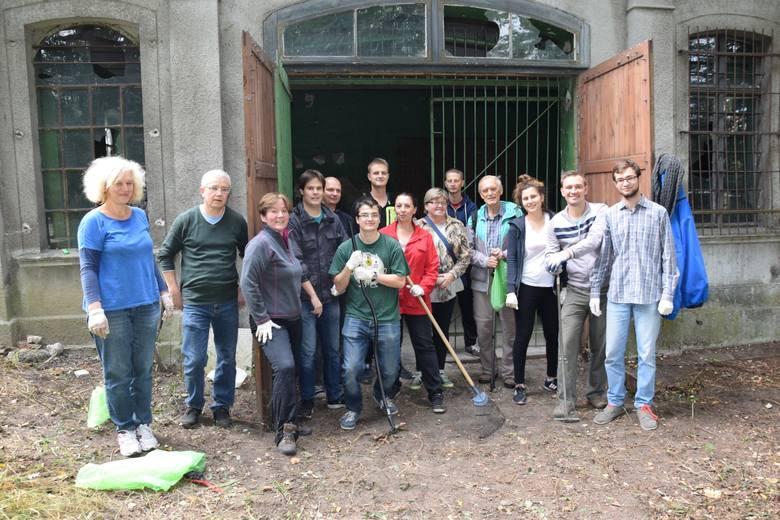 sprzątanie żydowskiego cmentarza w Zielonej Górze
