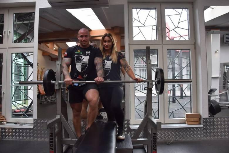 Mariusz i Magda trenują codziennie. O godz. 6 są już na siłowni. Zobacz zdjęcia z treningu łodzkiego mistrza wyciskania sztangi.