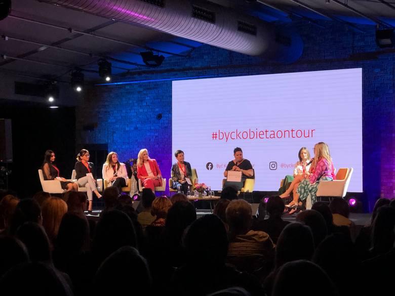 """Finalistki konkursu """"Opowiedz mi swoją historię"""" podczas konferencji """"Być kobietą on tour"""" 5 października w Poznaniu."""