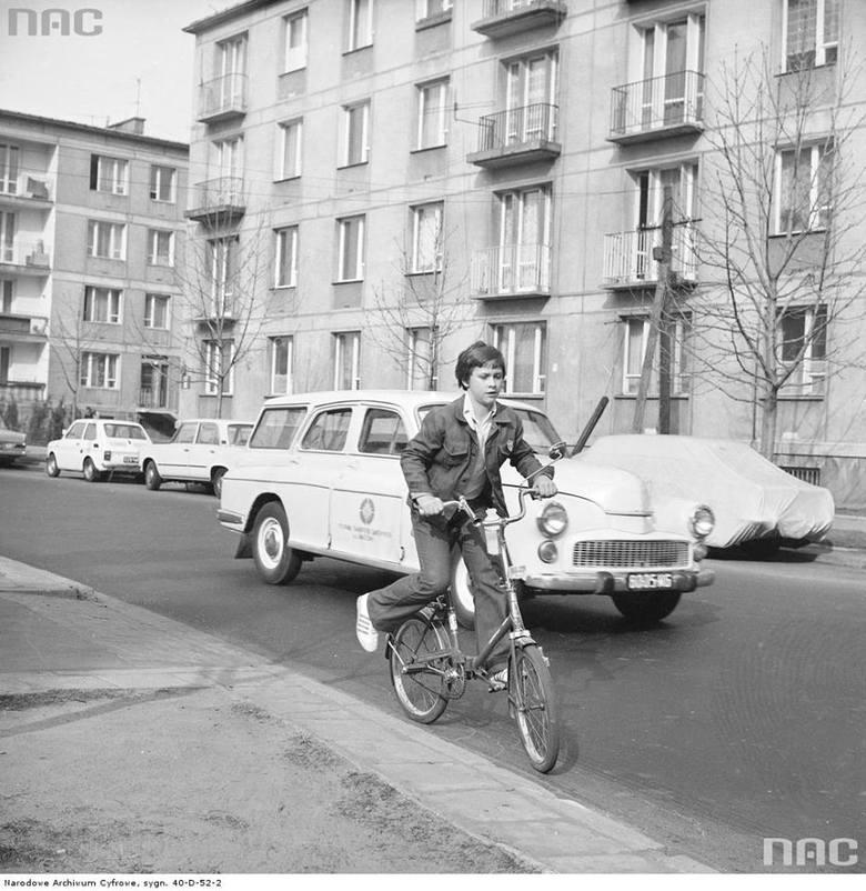 Chłopiec jadący rowerem składanym na ul. Malczewskiego.