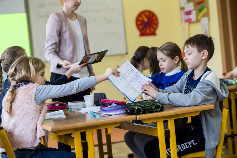 Od 1 września 2020 nauczyciele mają otrzymać podwyżkę płac. MEN zapowiada, że ich wynagrodzenie wzrośnie o 6 proc. Zdaniem związkowców to dramatycznie
