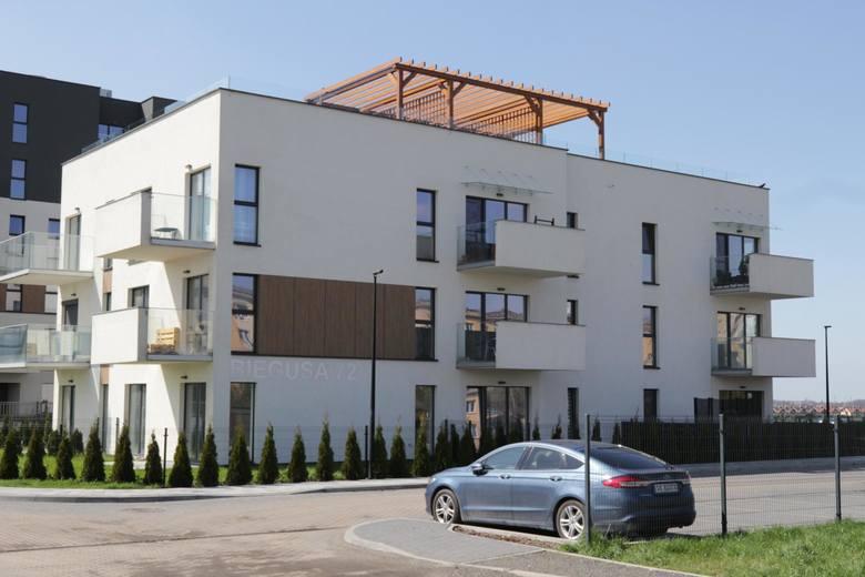 Polacy zaczęli lokować znaczną ilość środków w nieruchomości, które są postrzegane jako bezpieczna przystań dla kapitału w niepewnych czasach.