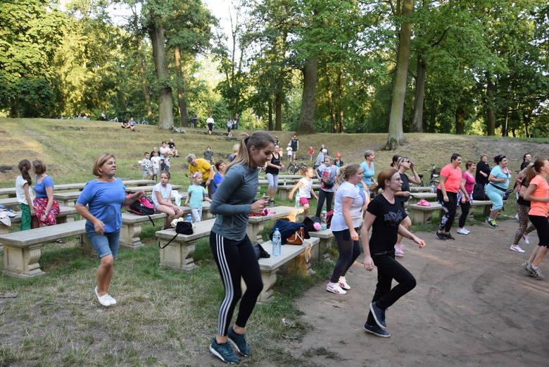 Zumba w skierniewickim parku przyciąga coraz więcej uczestników [ZDJĘCIA, FILM]