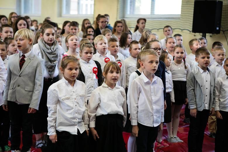 Uczniowie i przedszkolaki ze Szkoły Podstawowej nr 5 w Szczecinie zaśpiewały hymn Polski [ZDJĘCIA WIDEO]