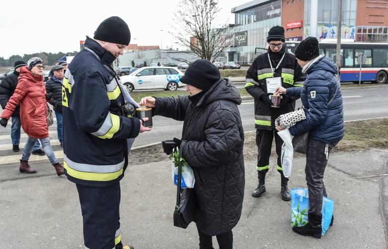 W sobotę strażacy z Ochotniczej Straży Pożarnej Bydgoszcz-Fordon zbierali pieniądze na sprzęt ratowniczo-gaśniczy na Targowisku Tatrzańskie przy ul.