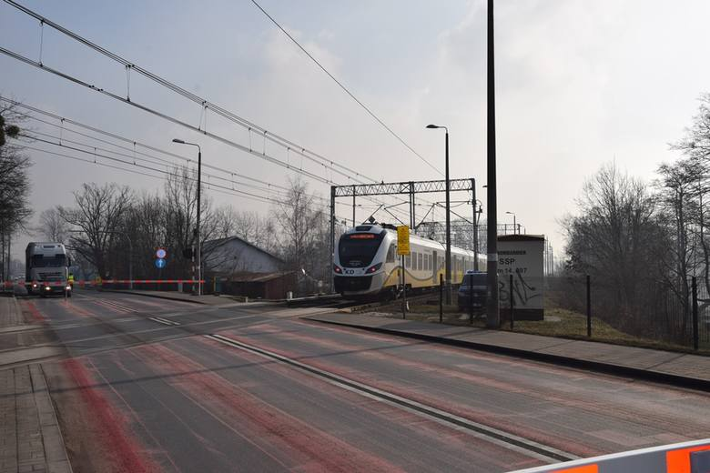 Pierwszy taki przejazd kolejowy w Polsce. Dodatkowe światła nie wpuszczą kierowców