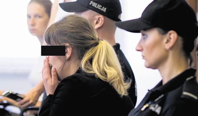 Jesienią 2013 roku w zaroślach na jednym z białostockich osiedli przechodzień odkrył zwłoki noworodka. Policjanci rozpoczęli poszukiwania matki. W mediach pojawiło się m.in. zdjęcie znalezionego przy zwłokach zakrwawionego kocyka. To pomogło. Po kilku dniach oskarżona Izabela M. i jej ówczesny...