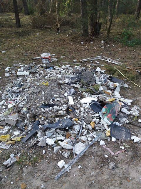 Kopaczyska, gm. Baranowo. Kto podrzuca śmieci do lasu?