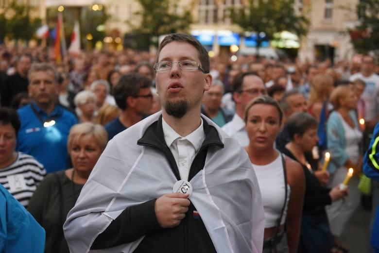 Łańcuch światła znowu w Poznaniu. Mieszkańcy zebrali się na placu Wolności