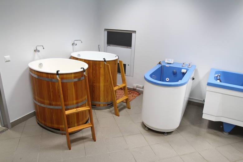 Przy szatni gospodarzy są kadzie na kąpiele lodowe i wanny z hydromasażem.