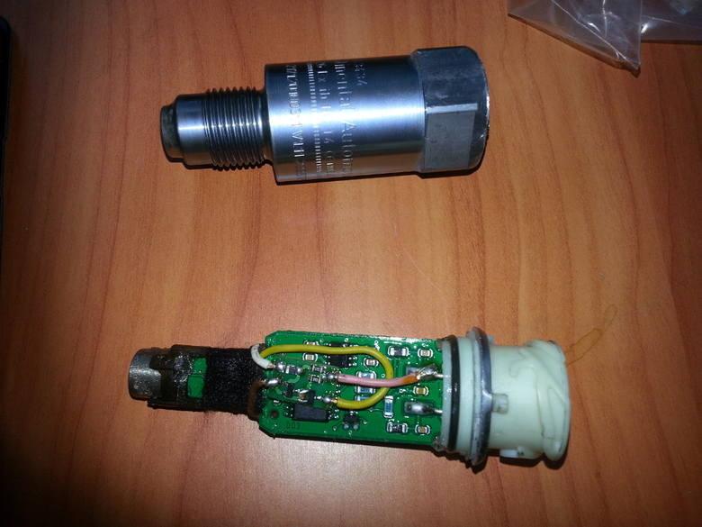 W celu weryfikacji podejrzeń pojazd został skierowany do specjalistycznego serwisu tachografów gdzie dokonano oględzin urządzenia rejestrującego, podczas