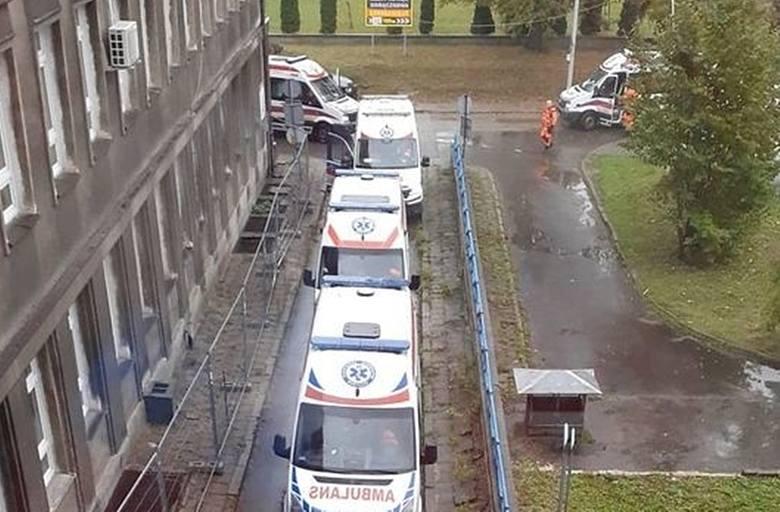 Przed szpitalem w Czeladzi ustawił się sznur karetek, które przywiozły pacjentów z różnymi schorzeniami. Zdjęcie z serwisu Czeladź24comZobacz kolejne