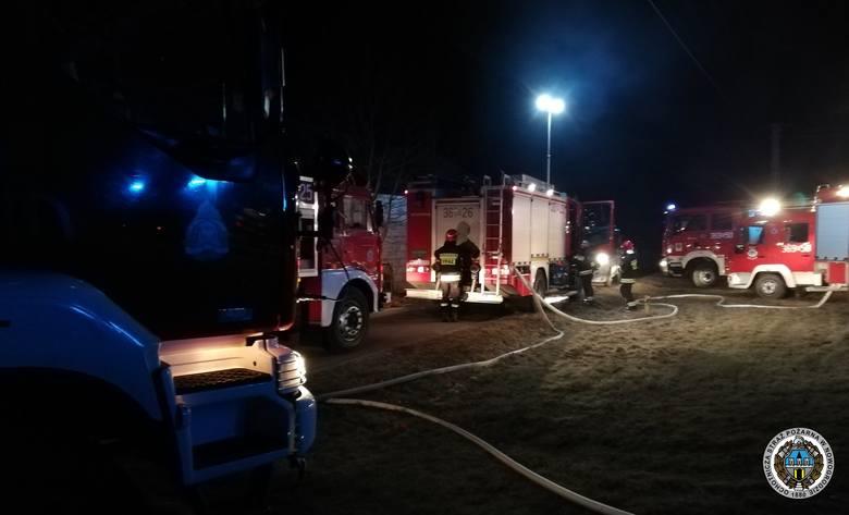 Około 1. w nocy na terenie miejscowości Zbójna w powiecie łomżyńskim miał miejsce pożar drewnianego domu. Zdjęcia udostępnione dzięki uprzejmości: OSP