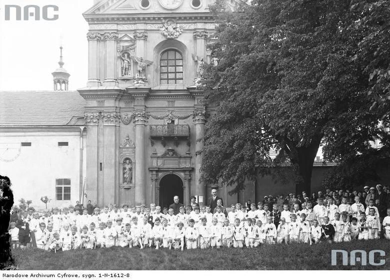 Pierwsza komunia uczniów szkoły powszechnej im. św. Wojciecha w Krakowie