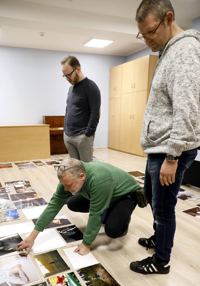Ponad 80 fotografii na wystawę zakwalifikowali jurorzy, którymi w tym roku są:  Jarosław Pruss, Jarosław Kamiński i Piotr Kaczmarek. Jurorzy w sobotę