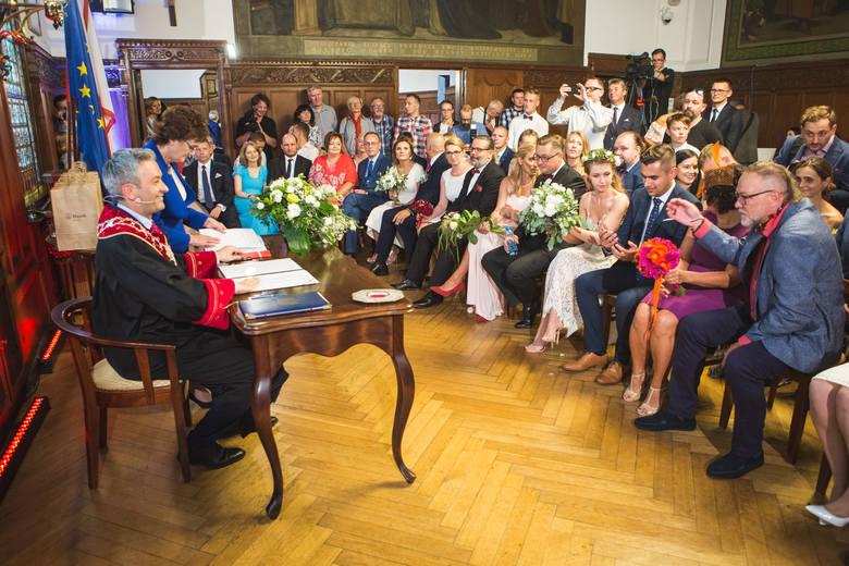 Agnieszka i Ryszard z Torunia wzięli ślub u Roberta Biedronia w Słupsku. Jako jedna z 10 par [ZDJĘCIA]