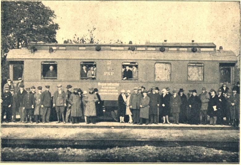 Wagon kolejowy urządzony na rzecz pokazów pszczelniczych. Stoi  na stacji Rudnik nad Sanem, w czasie trzydniowego kursu pszczelniczego z 1929 roku. Zdjęcie pochodzi z Pamiętnika Wszechsłowiańskiego Zjazdu Pszczelniczego i Wystawy Pszczelniczej w Poznaniu, odbywającej się w dniach 15-25 sierpnia...