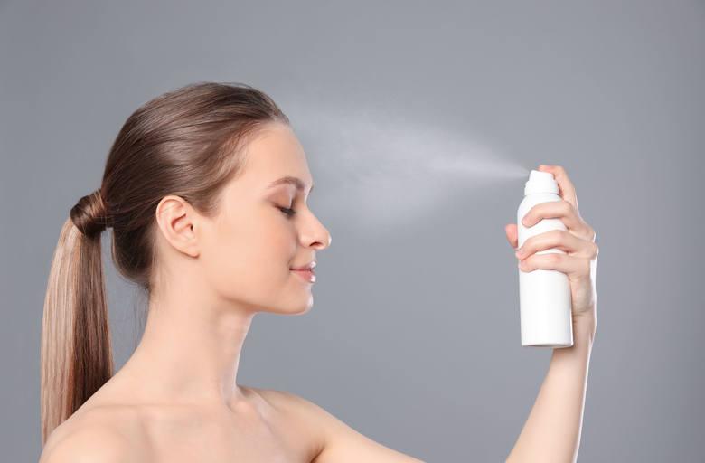 Przed nałożeniem gęstego, odżywczego i nawilżającego kremu na oczyszczaną skórę twarzy należy przetrzeć lub spryskać ją tonikiem nawilżająco-łagodzącym,