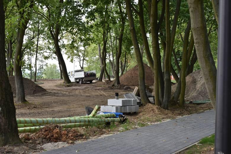 Zza siatki odnowiony Park Tysiąclecia wygląda imponująco. Mieszkańcy wciąż jednak nie mogą z niego korzystać.