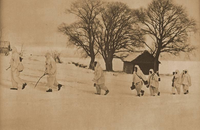 Żołnierze Błekitnej Dywizji w zimowych strojach maskujących