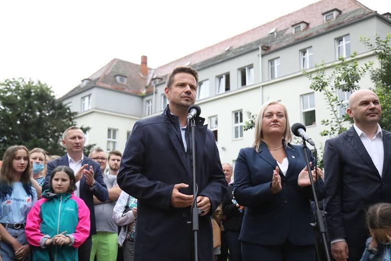Rafał Trzaskowski przed szpitalem w Strzelinie oskarżał Andrzeja Dudę, że ten nie dotrzymał słowa