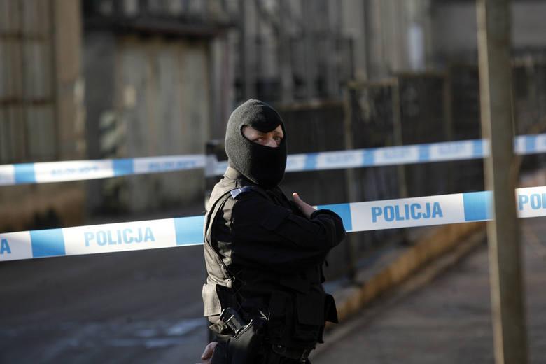 W sobotę wieczorem do sklepu spożywczego przy ul. Podgórnej w Toruniu wszedł zamaskowany mężczyzna i przy pomocy zabawki-pistoletu sterroryzował ekspedientkę.