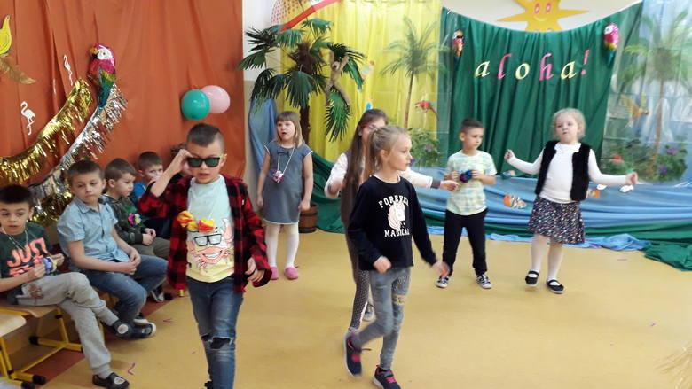 Goworowo. Ostatkowy Bal Karnawałowy w Szkole Podstawowej. Uczniowie zakończyli karnawał w hawajskich rytmach