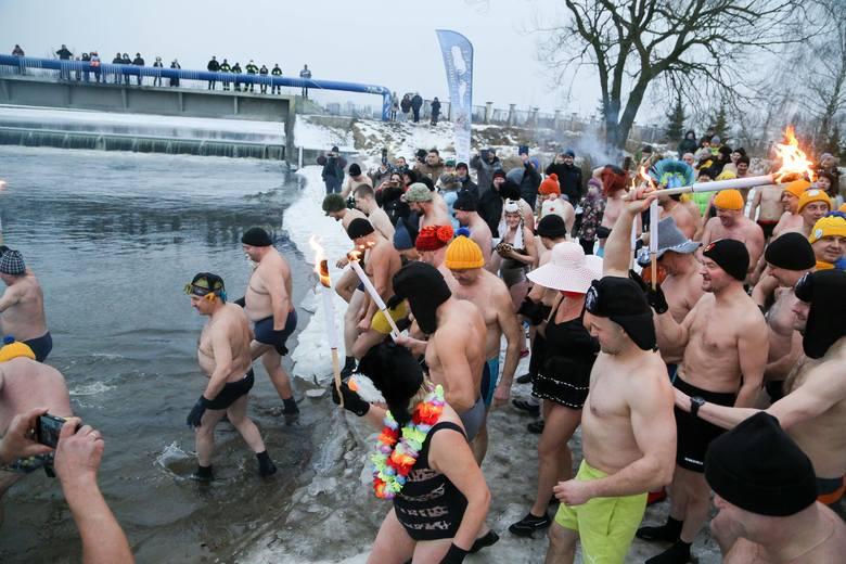 W sobotę nad zalewem w Wasilkowie spotkali się miłośnicy kąpieli w lodowatej wodzie. Zapraszamy do naszej fotorelacji z tego wydarzenia.