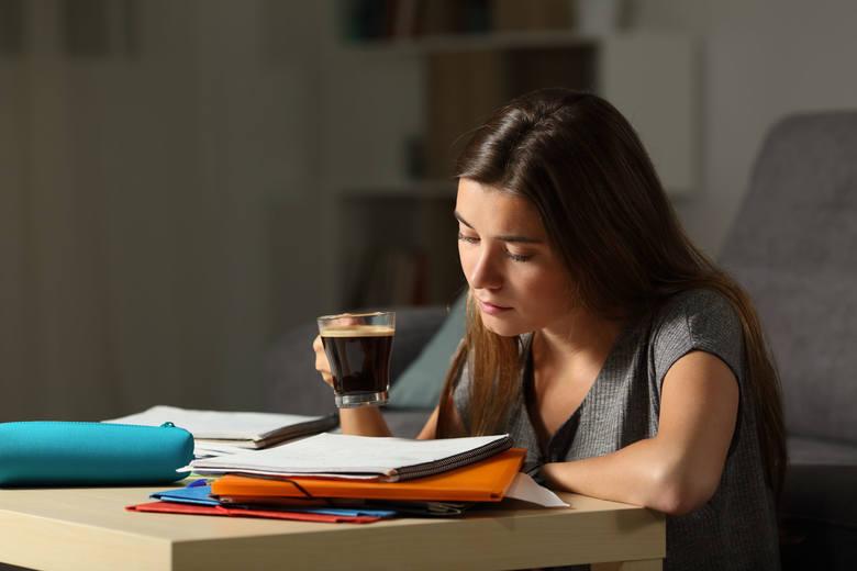 Osłabienie i uczucie wyczerpania to symptomy występujące u osób, które przebyły zakażenie koronawirusem SARS-CoV-2 w sposób łagodny lub ciężki. O nieświadomym