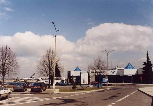 W 1991 roku powstało Górnośląskie Towarzystwo Lotnicze S.A. i po blisko 2 latach wznowione zostały loty (2 lipca 1992). Jednymi z pierwszych celów samolotów startujących w Pyrzowicach były Warszawa i po prawie 54 latach przerwy pierwsze połączenia zagraniczne do Frankfurt nad Menem.