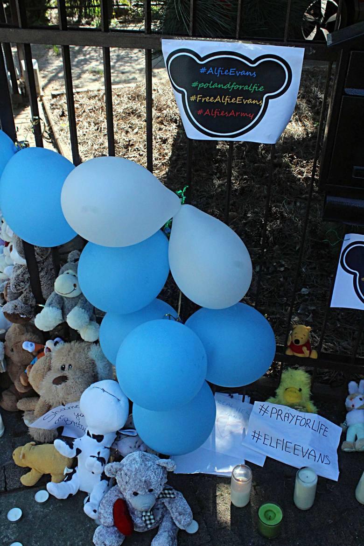 #SaveAlfieEvans. Znicze pod brytyjskim konsulatem w Lublinie (ZDJĘCIA)