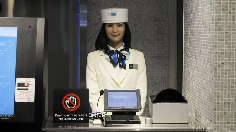 Wydawać by się mogło, że roboty nie będą w stanie zastąpić człowieka w zawodach opartych na kontaktach międzyludzkich. A jednak! W Japonii powstał pierwszy,