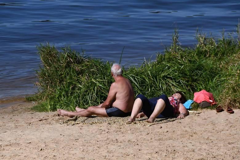 Słoneczna sobota na Cedzynie. Mieszkańcy wybrali spacery, na plaży pustki