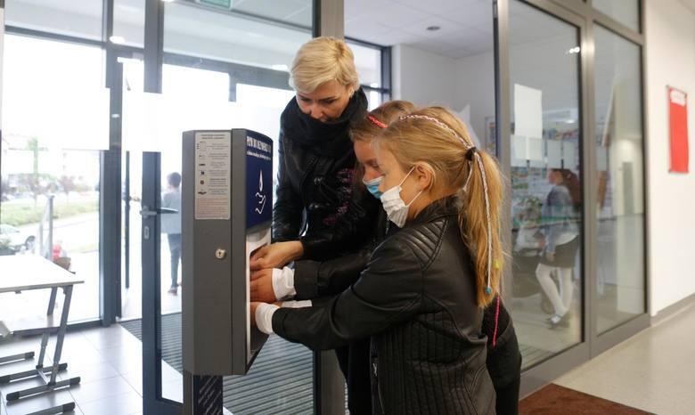 1.09.2020 rzeszow rozpoczecie nowy rok szkolny 2020 w dobie koronawirus sp 18 im bl karoliny fot krzysztof kapica