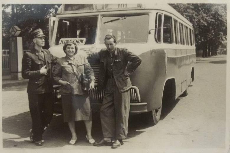 1 lipca 1954 r. kierowca Eugeniusz Jurkojć zasiadł za kierownicą stara N 51 i ruszył w pierwszą trasę łączącą Chynów z Jędrzychowem. Obok konduktorka