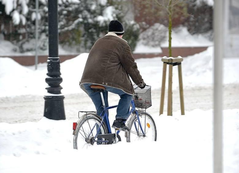 Zima 2012/2013. Miasto nieprzejezdne. Śnieg zasypał ulice i chodniki (zdjęcia)