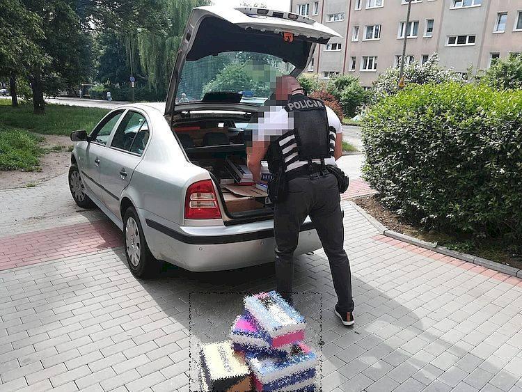 Funkcjonariusze z Komendy Miejskiej Policji w Słupsku zabezpieczyli blisko 800 szt. odzieży i akcesoriów z prawdopodobnie podrobionymi znakami towarowymi.