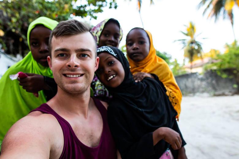 Maciej Tyl, 26-latek z Krosna Odrzańskiego za niewielkie pieniądze podróżuje po świecie. Jak to robi? Dzieli się swoją wiedzą na grupie na Facebooku: