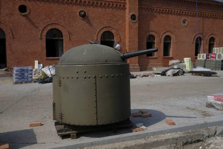 - Stalowy pancerz wieży osadzono na stalowym, nitowanym walcu wyposażonym w podwójne, otwierane na zewnątrz drzwiczki - kontynuuje Kowalkowski. - Chronił