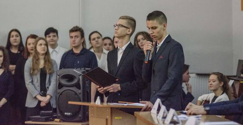 Dzięki przygotowaniom do debaty młodzież uczy się pracy w zespole i zdobywa umiejętności oratorskie.