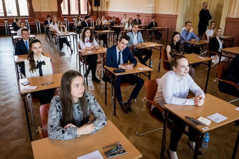 Egzamin gimnazjalny 2018. Dzisiaj uczniowie napisali egzamin z części humanistycznej. Prezentujemy odpowiedzi z historii i WOS-u.Odpowiedzi do zadań